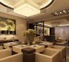 圆形的造型吊顶,让空间方中有圆,赋有变化,但整体上可客厅保持统一的色调,让两个空间可以互相贯通。过道的顶部采用了中式的镂空花格,增加文化的底蕴。