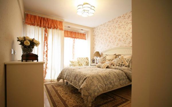 素色的硬装搭配碎花的软装配饰,相信这是任何一个小女孩也不能抗拒的房间