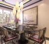 餐桌同样也是中式的风格。餐厅的吊顶做了一个中式的造型吊顶,使整个空间更加有中国古典的韵味。