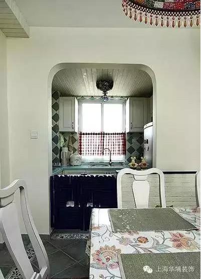 厨房和餐厅延续了客厅的风格,依旧是温馨的感觉满满,厨房入门的U型拐角虽然不似地中海风格中的拱形门那么惊艳,但也给人一种柔和感,不会像方方正正的门那样给人一种攻击性。