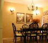 餐桌和墙纸的搭配相得益彰。