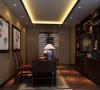到顶的书架用于空间的划分,同时又具有一定得展示效果。红木色的书桌,搭配暖色系的地板,显得整个空间书香气息更加浓郁。