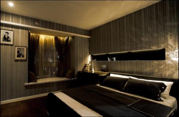 卧室整体的竖条壁纸看起来让整体不那么压抑,整体的设计很安静。
