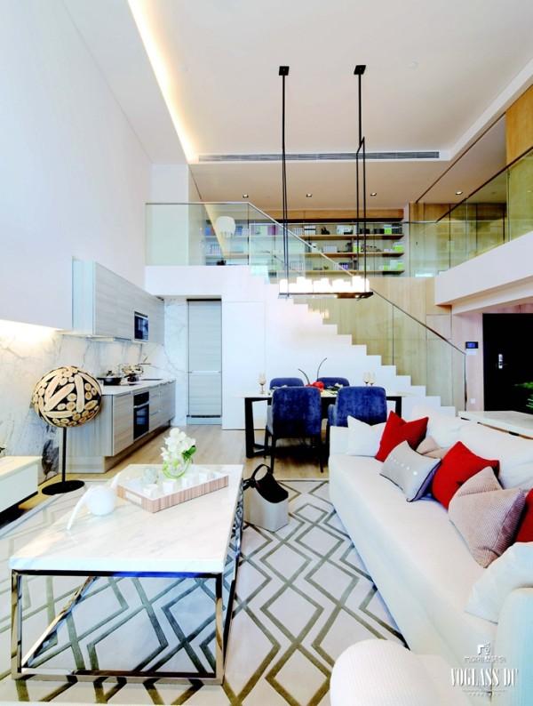 房子的整体装饰采用线条简约的大理石作为主基调,运用少量的跳跃色彩,使整个空间看起来更明亮温暖。家具沿袭了线条简约的风格,合理融入整个空间。各类精致的配饰摆件,既提高生活品质又不占据太多空间。