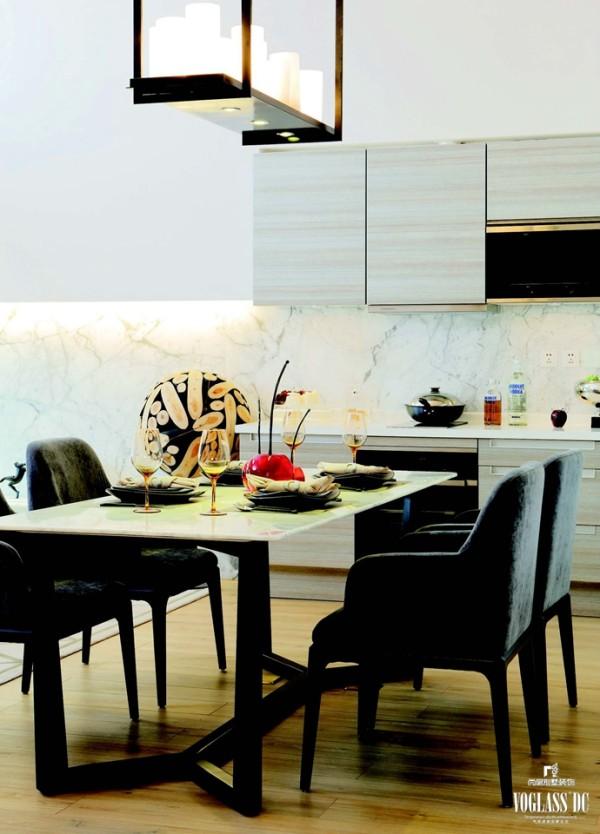 开放式的厨房和餐厅增加了空间的延续感,由于与客厅相连,在装饰选择上仍以大理石为主,但配有柔和的绒面餐椅、精心挑选的餐具、厨具,使这一区域格外温馨浪漫。