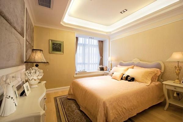 卧室的设计温馨、浪漫,大面积的软包设计,显示一种大气、时尚的感觉。