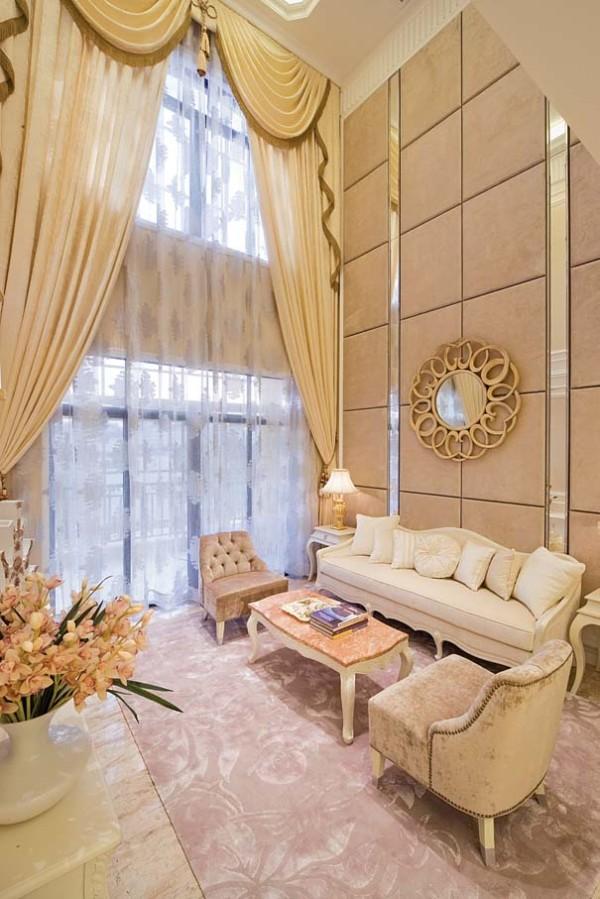 客厅的设计看起来很壮观,挑高的设计让整体的感觉宽敞、大气。