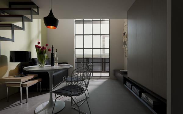 整个家具以原木色为主,楼梯以金属做框架,体现了男主人的现代主义,整体以黑白灰的色调彰显年轻主人的儒雅气质