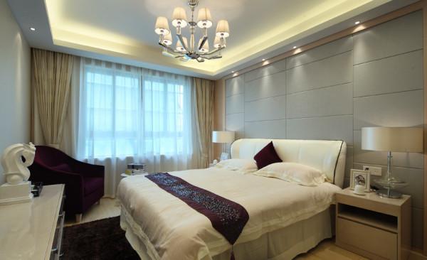 卧室床头背景墙和整个空间结合,是整个房间最有特色的地方。浅色的软包与现代简约的线条搭配,将整个房间的现代感显现得淋漓尽至。。