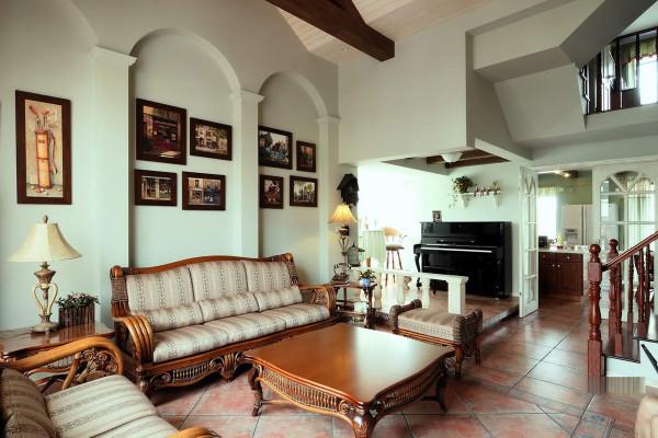 田园风格客厅装修最少不了织物,而在织物质地的选择上多采用棉、麻等天然制品。