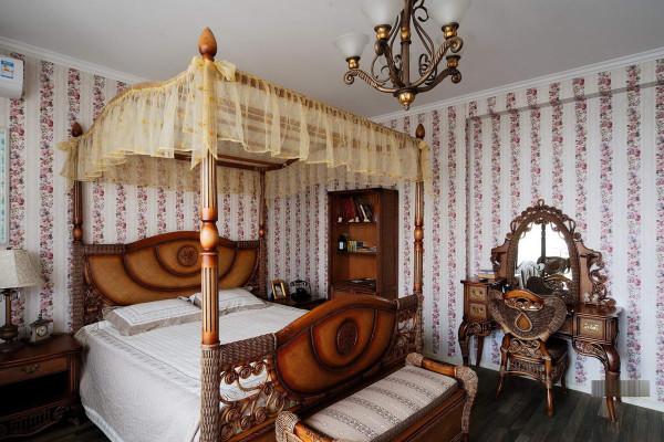 卧室装修设计作为主人的私密空间,主要以功能性和实用舒适为考虑的重点,一般的卧室不设顶灯,多用温馨柔软的成套布艺来装点,同时在软装和用色上非常统一。