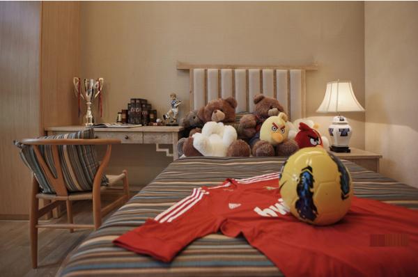儿童房的卧室装修采用颜色多彩的条纹作为装饰搭配灯饰和布偶添加了童趣和欢乐。