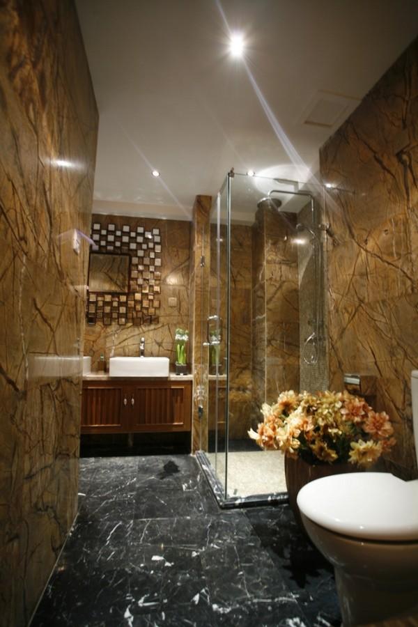 卫生间的设计师一幅富丽堂皇的设计,高档的大理石墙面和黑色的地面,整体奢华、大气。