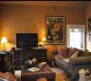 在橙色居室内的深色家具使空间看起来非常大气。