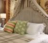 设计解读.主卧细节   代表纯洁的白与象征自然的绿交织融合,奏出一段和谐乐章,床靠背上擦白做旧手法让木材得以展露沧桑变化的肌理,温润简洁的轮廓烘托出生活的随性自在。