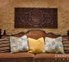 设计解读.客厅细节   作为东南亚经典装饰元素之一,软装上自然要呈现莲花意象。镂空柚木雕花板彰显着粗犷的原生态之美,纯手工雕刻,勾画出东方特有的古老神秘气质,一笔一划的精致带你领略无边禅意。