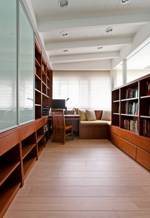 书房的设计采用了功能性至上的感觉,整体的柜子设计,多一些储物的功能。