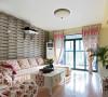 客厅的红色花纹搭配暗色的壁纸不会显得过于花哨,突出田园风格,木质地板是田园风格的装潢也是很好的搭配助手。