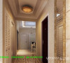 本案的设计重点是会客空间与门厅、餐厅以及过道空间互通与交流,从设计手法上采用了从墙面上的线与面的衔接呼应,以及顶面的空间的虚拟划分,达到各功能空间融会贯通的目的。