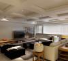 客厅的装修设计墙和天花板也以白色为主,这样就可以避免对比强烈而显得刺眼。