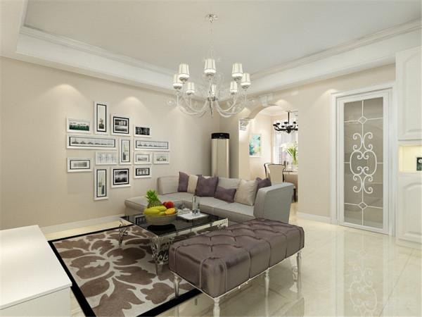 本案的设计在整体空间都选择了偏暖的浅咖色的乳胶漆,电视背景墙用白色的木材材质搭配壁纸来修饰,搭配现代欧式比较重色布艺的沙发来呼应,客厅实用欧式经典的拱形门洞,来搭配白色成品门和白色家具,温馨又整体。