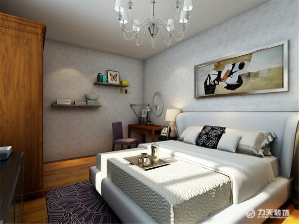 卧室内,白色的家具和壁纸,让整体感觉更加的干净,明亮,更加的舒服,卧室的床头背景只是用了简单的画框来进行装饰,让劳累一天的业主在自己的卧室中得到充分的放松