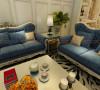 蓝色的沙发是整间屋子的最大亮点之一