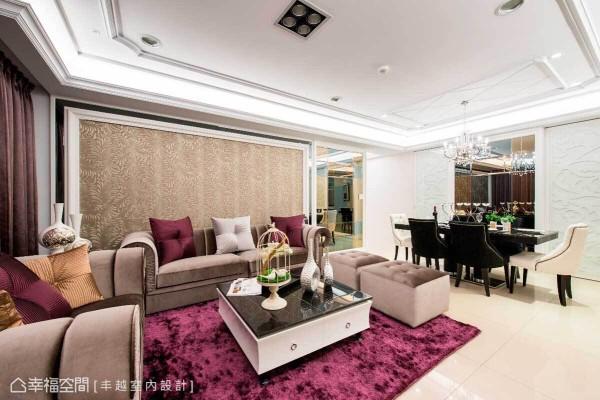 构筑为同一条视觉轴线的客、餐厅,拥有丰富的立面设计,沙发背墙使用图腾壁纸增添华美质感,右侧则运用茶镜与灰镜构组的设计,平衡电视主墙的视觉比例。