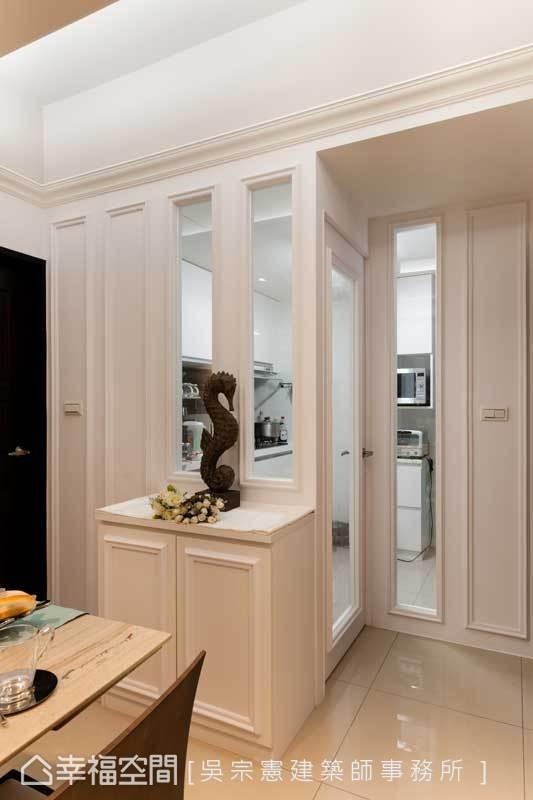 由于家中长辈有中式热炒的烹调习惯,原本开放的厨房改以木作加上玻璃作为围篱,既能隔绝油烟,厨房也不会成为封闭地带。