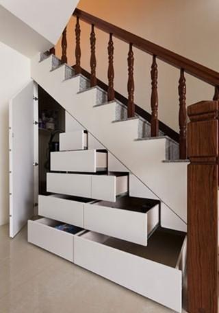 如果只是使用门片来增加柜子数量,其实内部并没有获得充分利用,建议依照设定的收纳物件,选择不同的配件加强功能,例如鞋柜可以使用抽盘,除了方便拿取还能增加收纳量;或者搭配拉篮,储藏量比普通的抽屉更多。