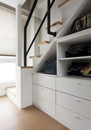 有些别墅设计的楼梯可能在很角落的位置,这时候楼梯下的空间可以当作储藏室,季节性的电器设备,如风扇、暖炉,或是旅行前后才会拿出来的行李箱,都可以利用梯下空间收纳。