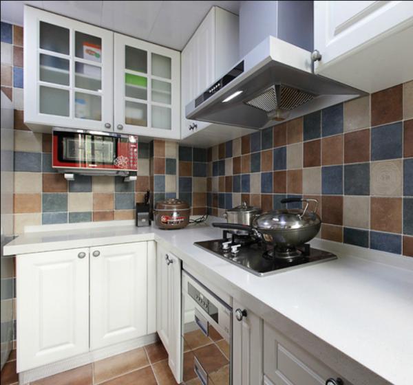 即使大家都知道厨房是最难打扫的地方,但是也不能妨碍业主还是选择了非常洋气的马赛克的砖。还好公司提供的这款砖大小要大一些。