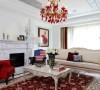 白色和红色的搭配让客厅显得高贵大气,一束香槟玫瑰,两幅红色玫瑰挂画等别墅配饰设计,让气氛达到极致。大理石墙面造型让整体空间更加细腻,阳光透过纱窗洒落在柔软的沙发上,干净舒适,让人忍不住想徜徉其中