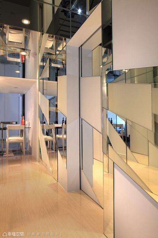 设计师在通往厨房的门片以瀑布的概念设计几何镜墙,展现拾雅客设计过人的精湛工艺。