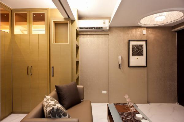 以折门搭配隐藏式拉门作为公私领域分界,于隔间上方留镂空的方格造型,让位于公共空间的冷气能够同时作用至卧眠区。