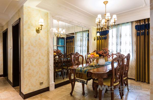 餐厅空间的设计初衷考虑到整个餐厅空间在房体中比例偏小的问题,墙面用到了仿古镜,通过镜面的反射从视觉角度增加了空间感,同时仿古的质感与整个设计风格也更吻合。