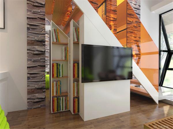 楼梯下则设计了可以推拉的书柜。地面主要是实木复合地板。