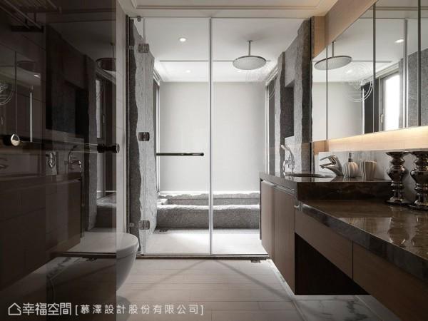 以透明玻璃作为干、湿区的分界,让采光能够充分洒落室内,并以强化茶玻作为卫浴隔门,使光线得以持续延伸至无采光的更衣室。此外,为满足收纳所需,慕泽设计于洗手台上方设置镜面柜,增添机能实用性。