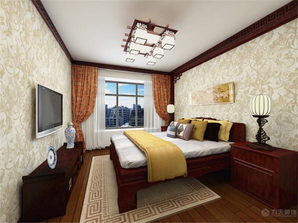 卧室顶面圈起实木的回形纹,为了给居室增添几分暖意,墙面使用花纹壁纸,整体的颜色设为暖色调,进入给人一种很温暖的感觉,灯光也比较柔和,灯具也采用了非常有中国特色的带有雕刻初来的装饰的灯