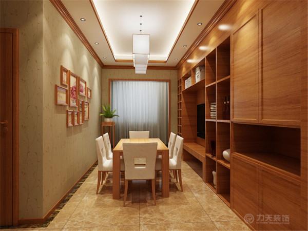 在整体空间上采用了相对对称的布局方式,为了增加客厅的私密性解决客餐厅的空间层次问题,在入户出增加了隔断墙分割出一个门厅,在对着入户门的衣帽柜出设计了一个鱼缸作为空间的视觉中心。