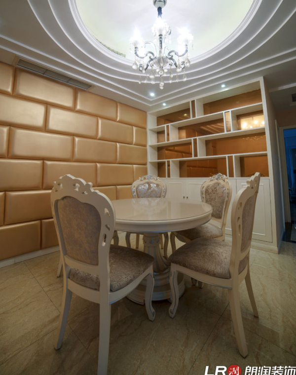 布置简洁,客厅的以黄色为主调,展现一个温馨豪华的氛围。