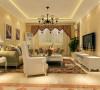 客厅的侧面图,可以补充只看正面背景墙所造成的对空间分布布局的不足,哑光镜的使用,使整个空间时尚元素瞬间跳跃起来。布艺的沙发,会给人一种温暖的感觉,色彩的搭配又把这种感觉慢慢放大。
