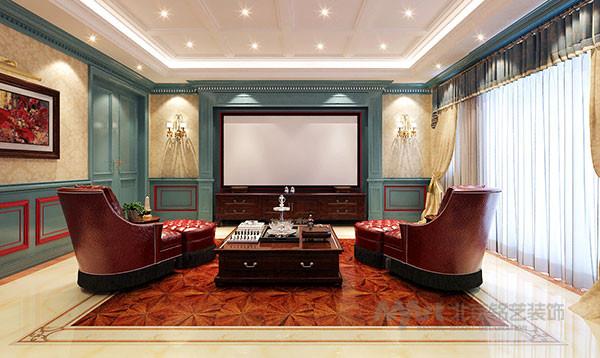 深色的美式沙发,朦胧的纱帘,角几上放置的台灯,木色茶几上放置的团花相对陈列,与淡雅的卷草纹墙纸交相呼应,营造出休闲,浪漫的情调,打造出休闲厅雅致的田园氛围。