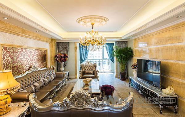 精细纤巧的科林斯柱式将欧洲的浪漫自然风情完美地展现出来,黄龙玉精心铺贴的背景墙、凸面贝克马赛克内衬其中,搭配温馨典雅的灯光,奢华与浪漫温馨并存。