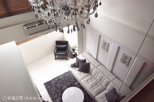 由紧邻挑高空间的起居室望向客厅,黑玻隔间保留的透光度,除日光的引渡外,也分享着水晶灯璀璨的光影氛围