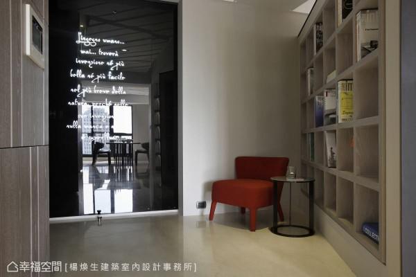 落地黑玻门片与造型单椅搭配,鞋柜与穿鞋椅也能构筑美丽角落。