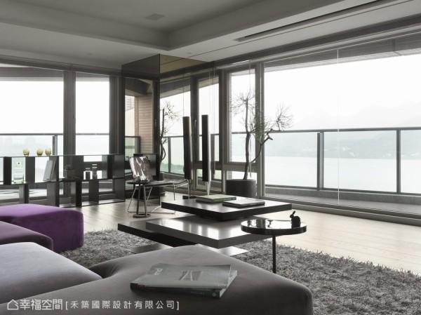 客厅一隅的大型结构柱体,巧妙利用茶镜包覆修饰,镜面的反射使两个三角形阳台的景致衔接,有效虚化柱体的存在。