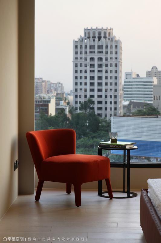 刻意压低的水平线条,让窗外美景点亮室内风景。
