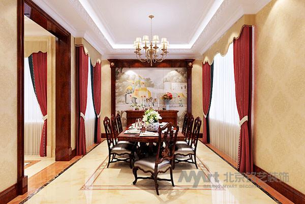 餐厅延续着富丽、优雅的基调,饰品、色彩、造型的选择上更加闲适,轻松。餐边柜上放置的造型金属饰品,透露出一种美式生活的随意和趣味。暖黄色柔和的灯光映照在餐台上,一派悠然自得的景象。