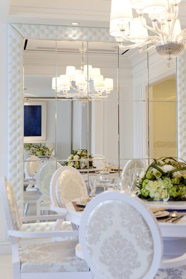 餐厅以简易镜子的清透、反光来装饰,无意之间将空间放大,削弱简约空间冷硬的感觉。而穿梭于顶面吊顶空间的素石膏线条,让空间变得灵活与流畅。